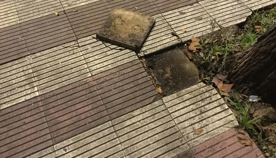 Una de les voreres en mal estat d'Icomar.