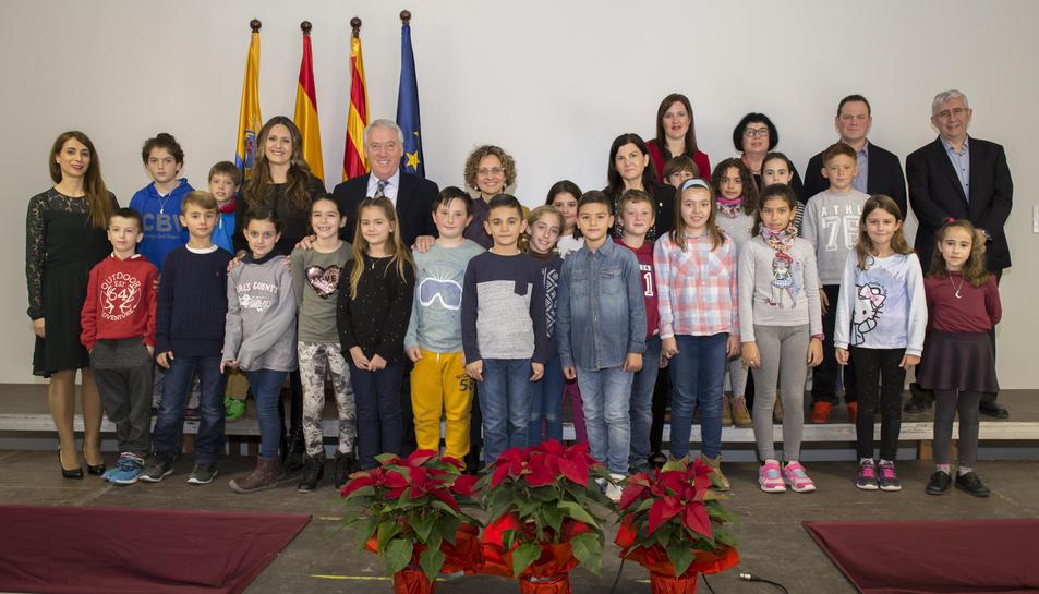 Els nens i les autoritats que han participat a l'acte d'inauguració.