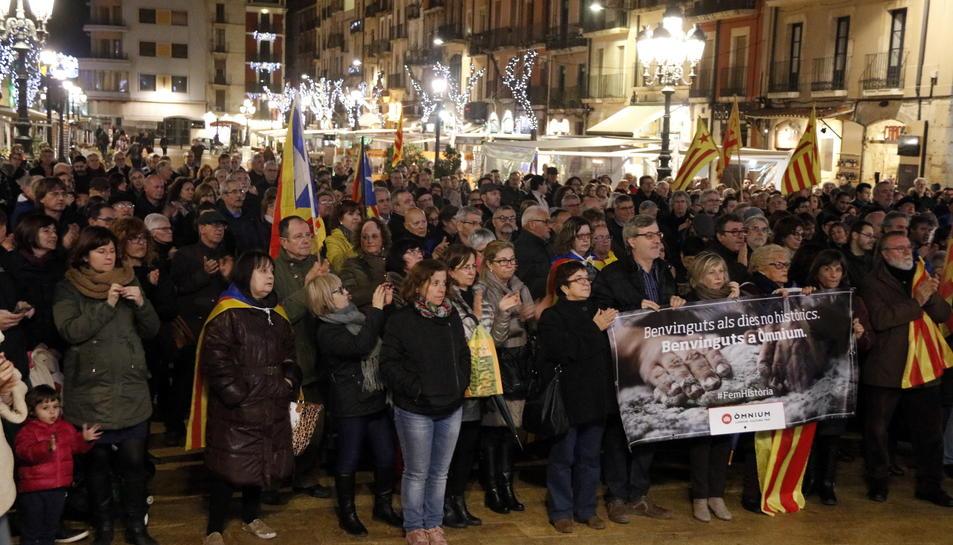 Pla obert de la concentració de la plaça de la Font de Tarragona en suport a la presidenta del Parlament, Carme Forcadell, que ha aplegat unes 400 persones. Imatge del 15 de desembre de 2016