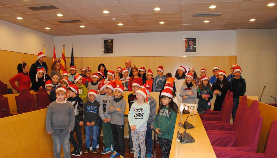 Els nens al Saló de Plens del consistori.
