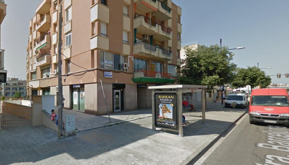L'antic edifici del Mercat de Calafell està situat al número 90 de la carretera de Barcelona.