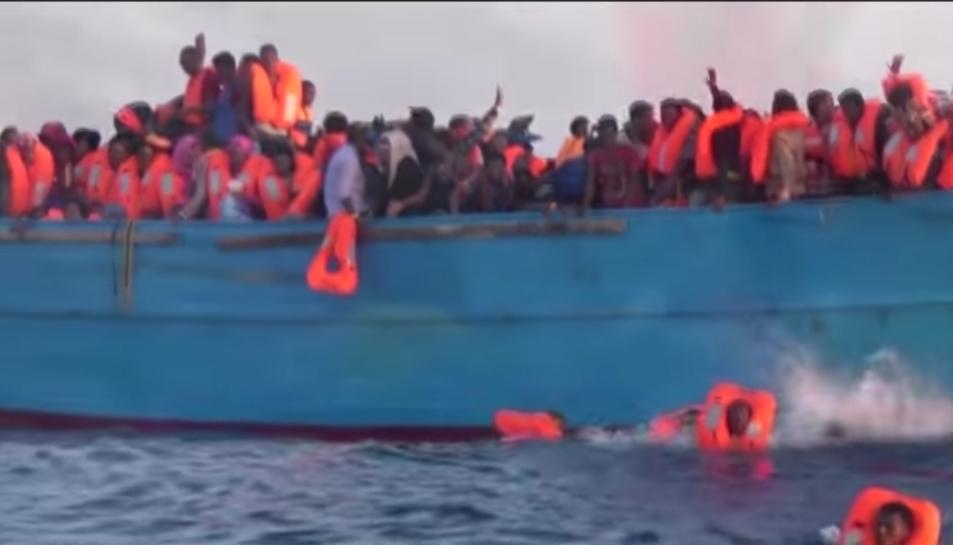 Una imatge del videoclip de la cançó de Joan Dausà on es veuen refugiats creuant el Mediterrani en condicions precàries.