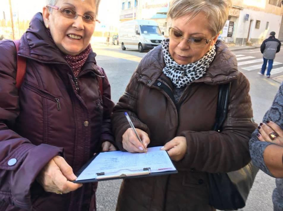 Guasch, recollint signatures.
