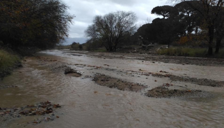 Una quantitat important d'aigua baixa per la riera de Maspujols al seu pas per Riudoms.