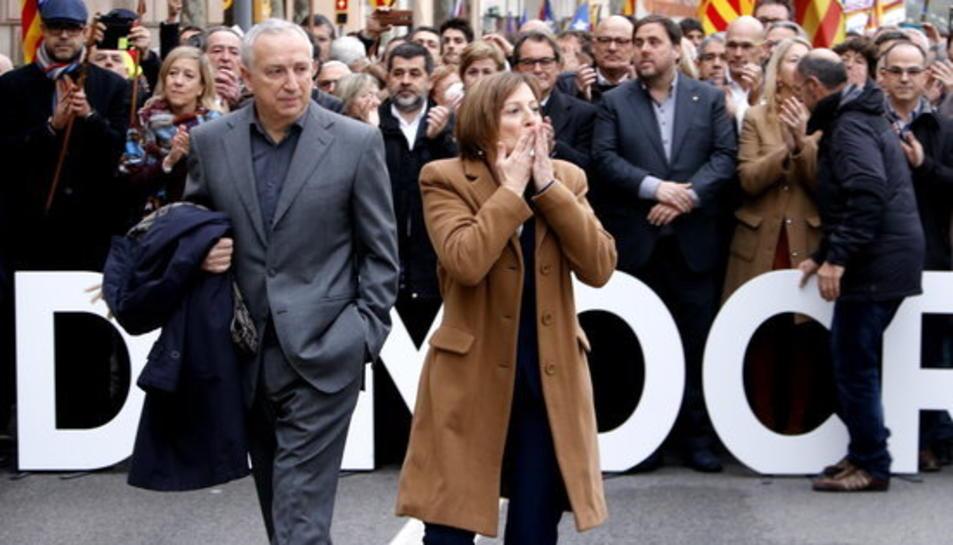 La presidenta del Parlament, Carme Forcadell, saluda els que han anat a donar-li suport amb el Govern i els partits darrere.