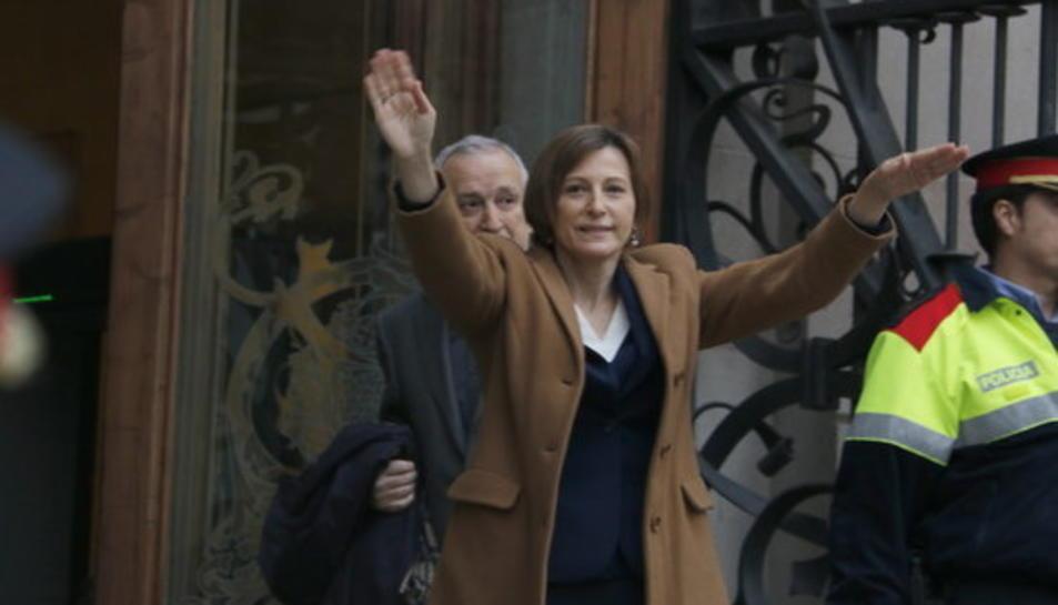 La presidenta del Parlament, Carme Forcadell, saluda als manifestants abans d'entrar al Palau de Justícia.