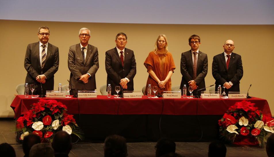 El rector de la URV, Josep Anton Ferré, i la consellera de la Presidència, Neus Munté, acompanyats d'altres autoritats, a l'ace de celebració del 25è aniversari.