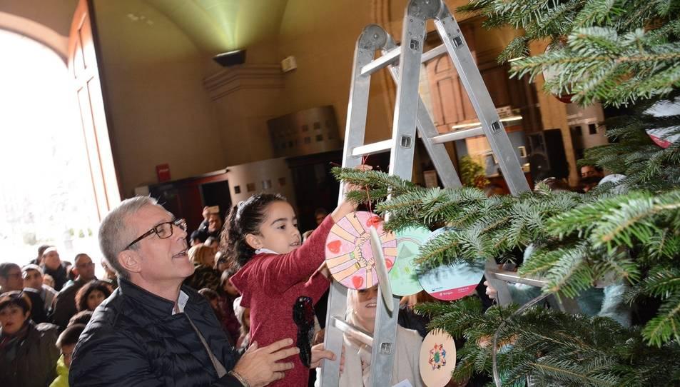 L'alcalde, Josep Fèlix Ballesteros, ha ajudat els infants a penjar els seus desitjos.