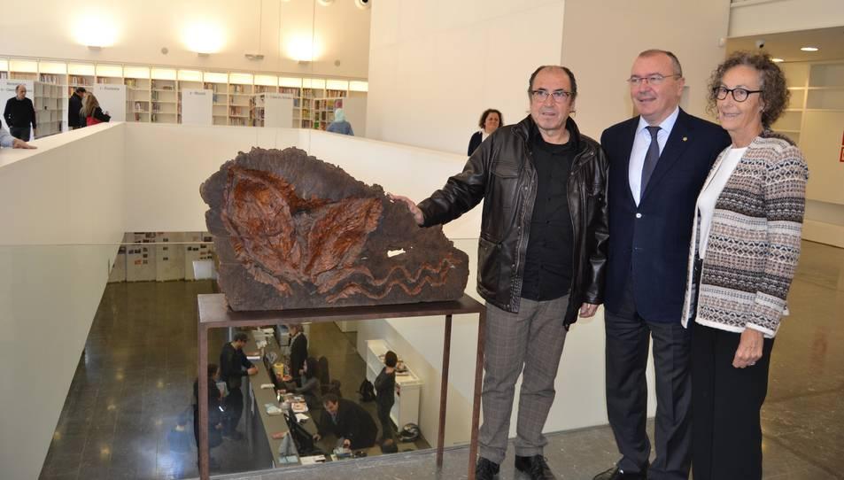 L'artista Salvador Juanpere, l'alcalde de Reus i la viuda de Pere Anguera, Mercè Costafreda, durant la inauguració.