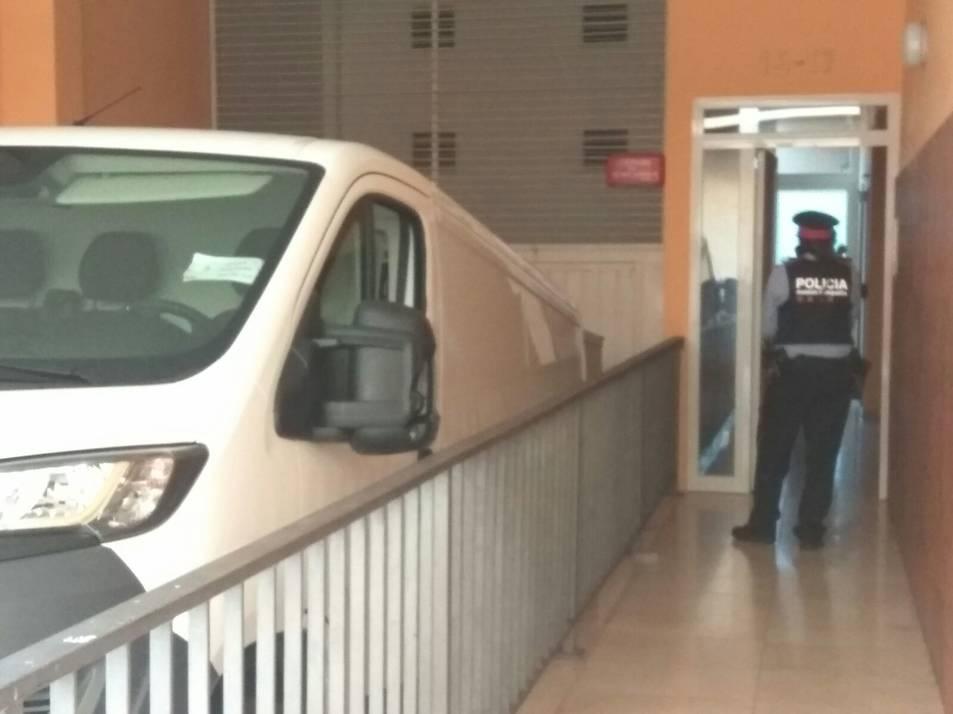 El cos sense vida de Maria del Carmen és introduït a la furgoneta funerària a les portes de la casa.