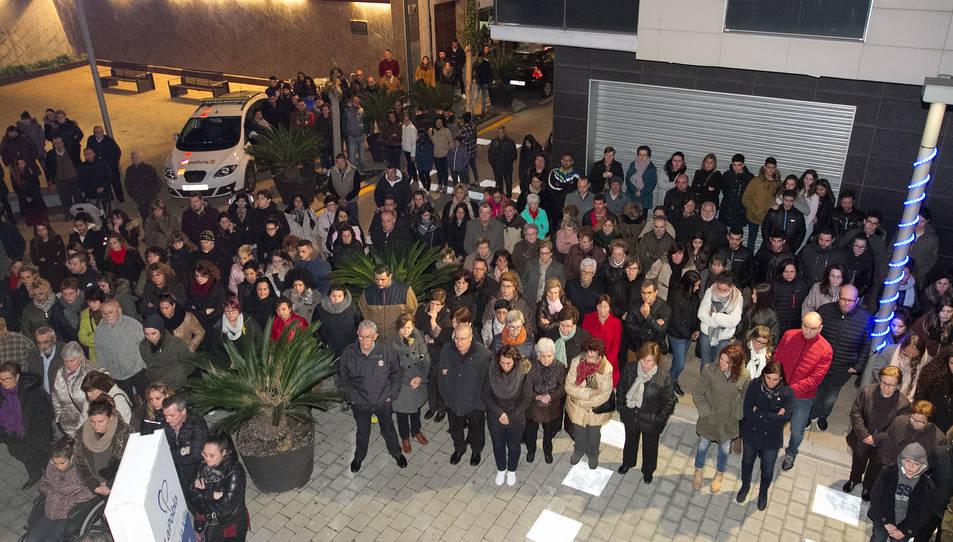 Unes 200 veïns van participar en la concentració a l'Ajuntament.