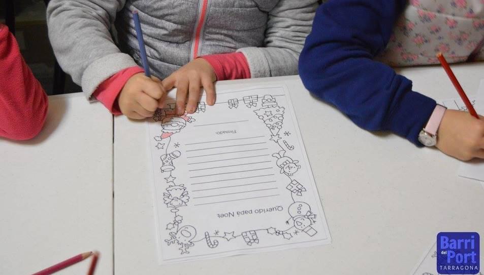 El taller de cartes nadalenques ha estat un èxit entre les families.