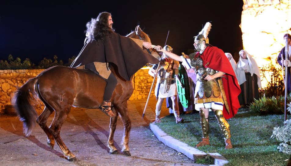 Un genet arriba al galop per lliurar l'edicte d'empadronament a un representant de l'exèrcit.