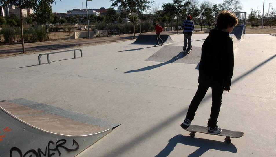 Un skater, a les pistes ubicades al Parc del Francolí.