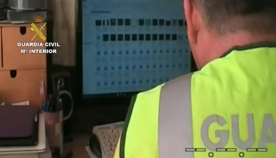 Un Guàrdia Civil analitzant el més de 5.800 arxius pedòfils decomissats en l'operació 'Batusi'.