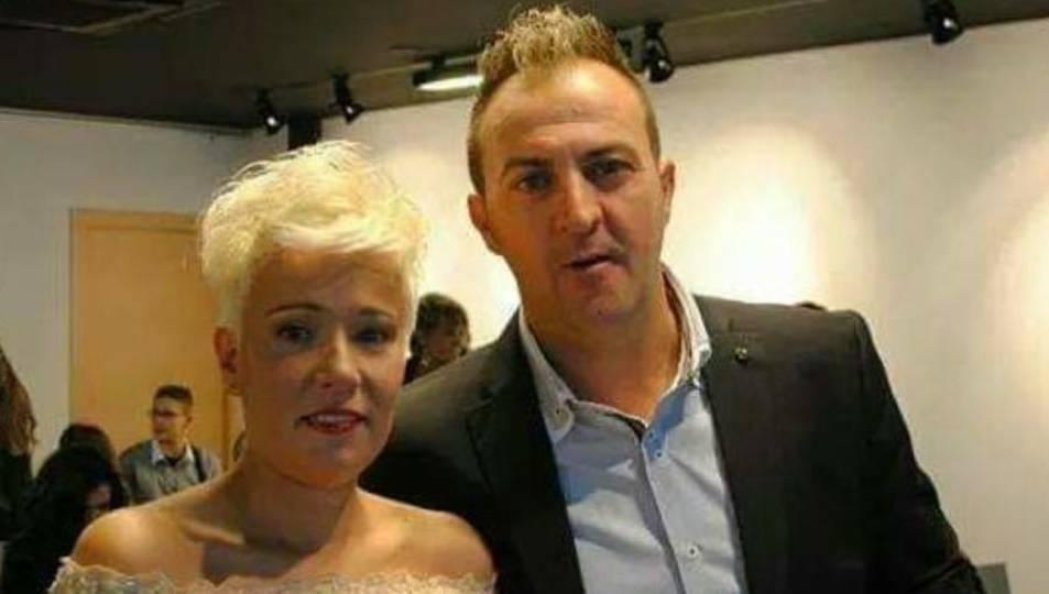 Carmen Ginés Abelló, amb la seva actual parella, qui s'hauria personat, presumptament, a la comissaria dels Mossos.