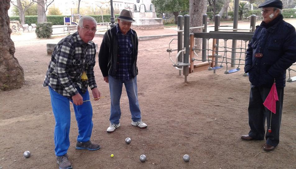 Els quatre veterans jugadors de petanca, ahir al matí fruint de la pràctica d'aquest esport al Parc de Saavedra.