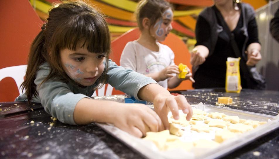 Una nena en un taller de cuina de la passada edició del Parc de Nadal.