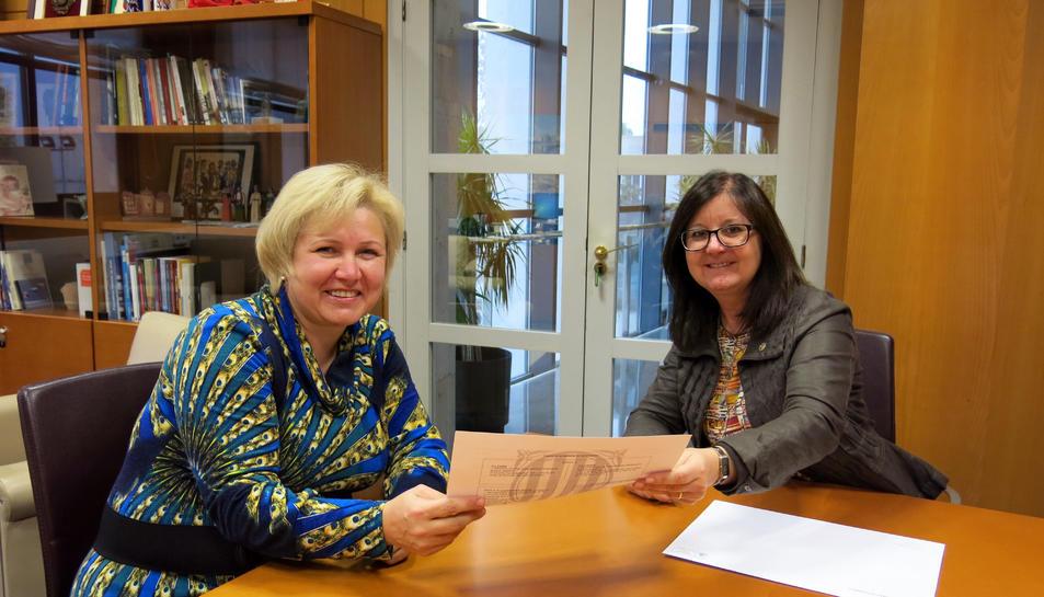 L'alcaldessa de Cambrils entregant el certificat a la Irina.
