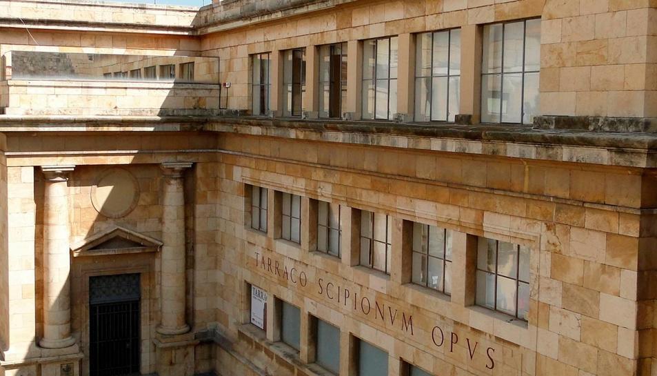 La façana de l'edifici del Museu Nacional d'Arqueologia de Tarragona de la plaça del Rei.