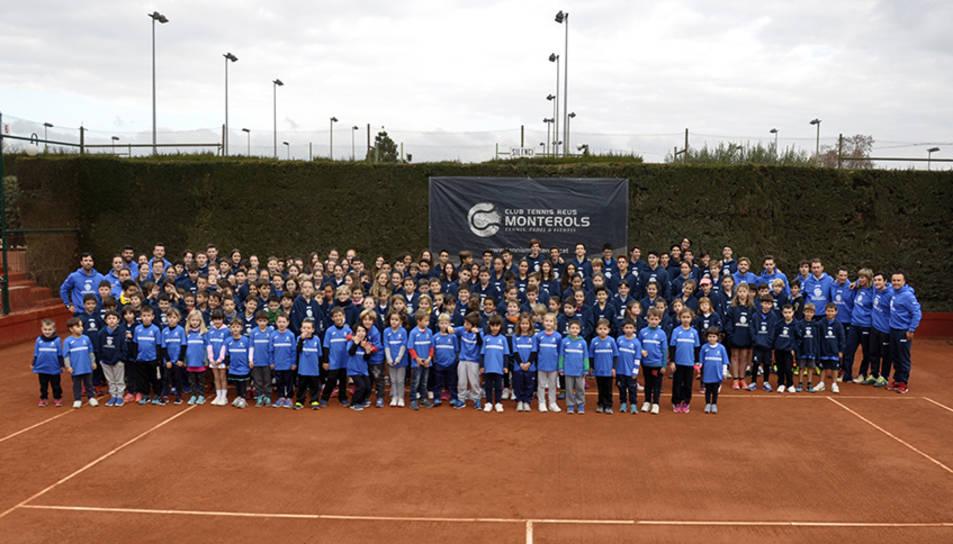 Fotografia de família dels alumnes de l'escola de tennis i pàdel del Club Tennis Reus Monterols.