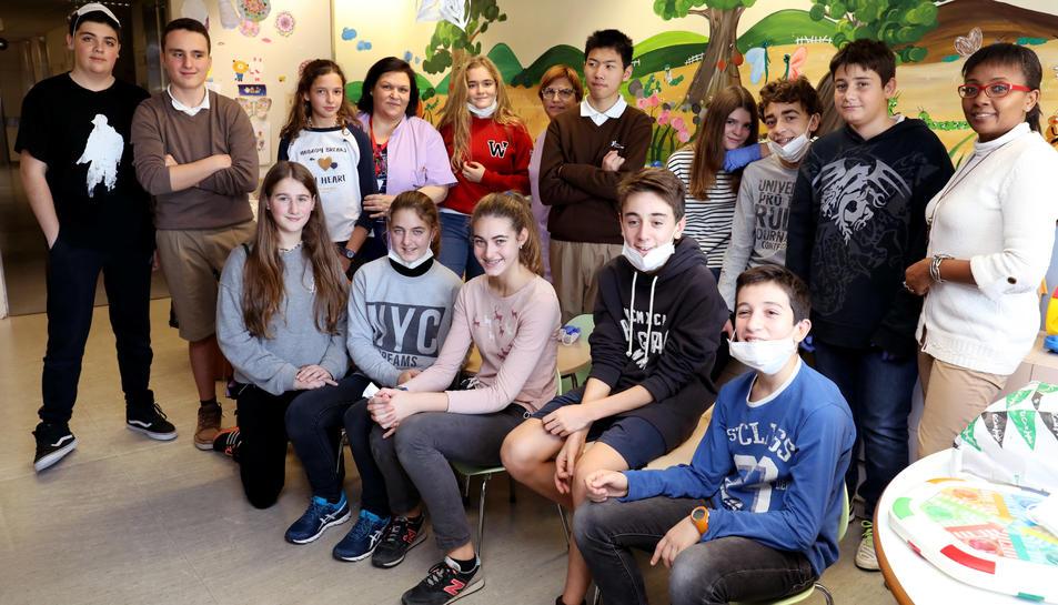 El grup d'alumnes de les Teresianes que, ahir, van passar el matí al centre hospitalari.