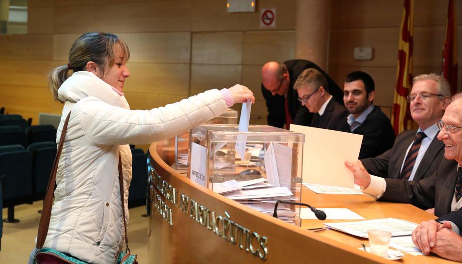 Un dels advocats col·legiats exercint el seu vot.