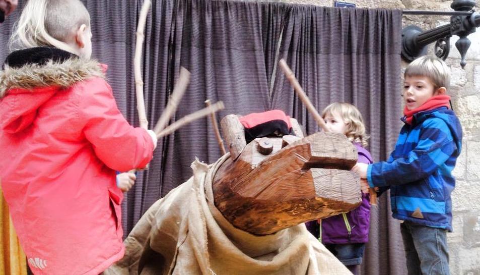 Nens i nenes fent cagar el Tió de Montblanc el passat Nadal.