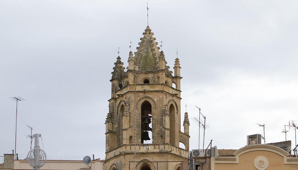 Enguany els núvols han impedit que els raigs travessin els finestrals del Campanar de Reus, fenomen curiós que es pot veure des del carrer del Vidre.