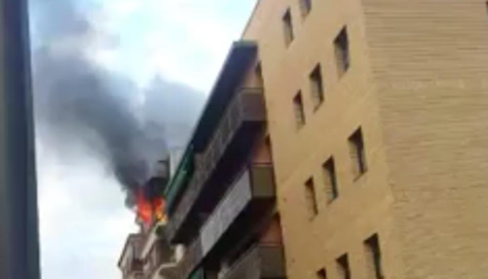 Les flames han provocat una densa columna de fum visibile des de diversos punts del municipi.