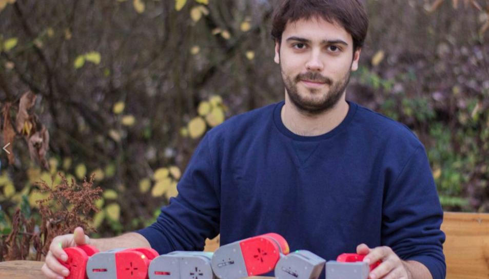 Albert Molina i el robot amb el cual ha guanyat el premi.