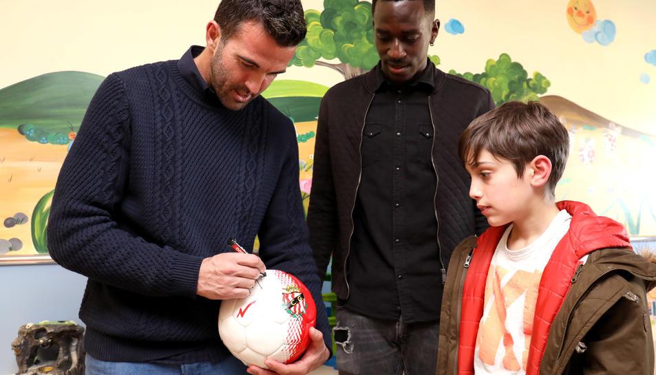 Els dos jugadors del Gimnàstic de Tarragona durant la visita a l'hospital.