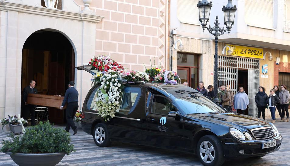 Un moment de l'enterrament a l'església de Sant Joan de la Pobla de Mafument.