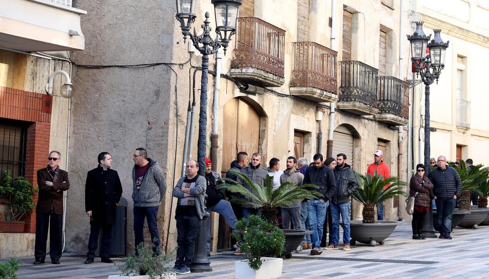 Persones congregades a l'exterior de l'església.