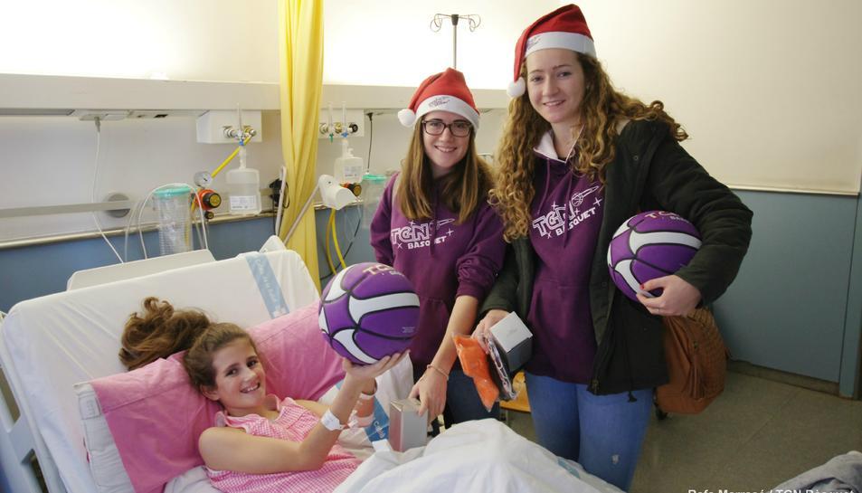 L'equip de bàsquet Tarragona Fem Bàsquet visita la planta pediàtrica de l'hospital Joan XXIII.