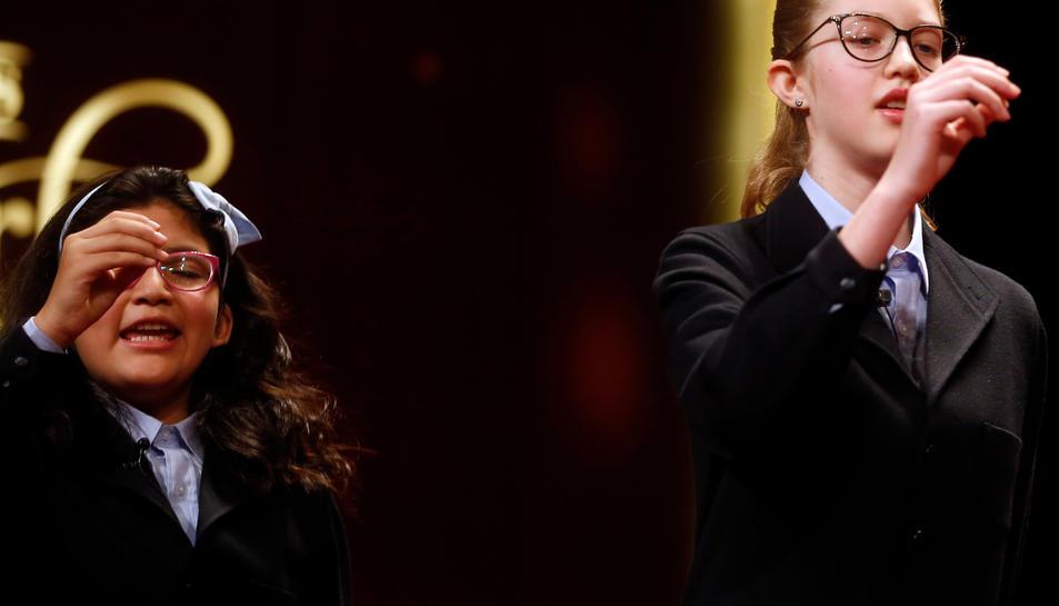 Dues nenes de San Ildefonso canten un cinquè premi de la Rifa de Nadal, el 22259.