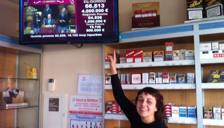 La Nuria Piqué, de l'estanc de Vinyols que ha venun un dècim del segon premi, només fa un mes que té la terminal per vendre Loteria Nacional.