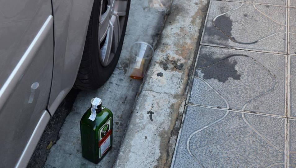 Restes de 'botellón' aquest divendres al matí al carrer Robert Gerhard.