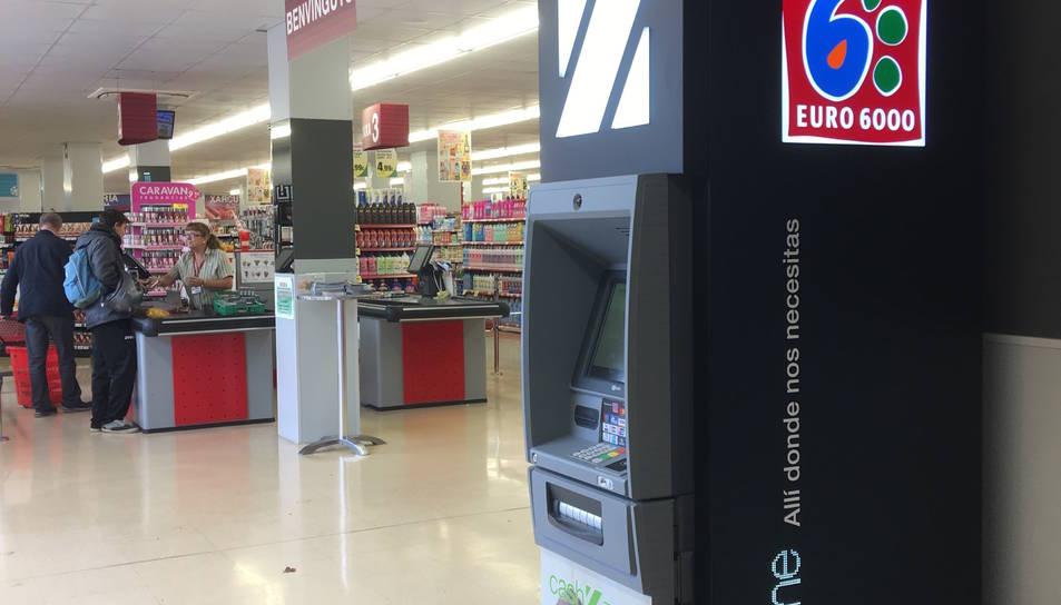 Imatge d'un dels caixer de la companyia instal·lat a l'interior d'un supermercat.