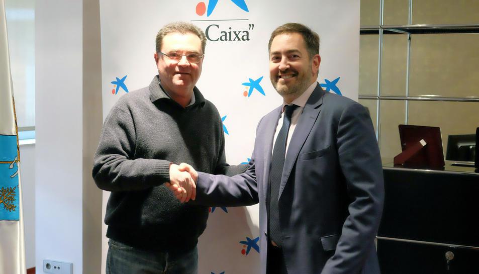 Els encarregats de signar el conveni han estat l'alcalde de la Pobla, Joan Maria Sardà, i el director d'Institucions de Caixabank, Alexis Gómez.