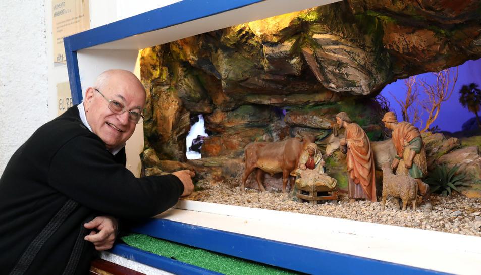 El pare Carmelo Capizzi mostra el lloc on està siutada la cataracta, feta amb imatges reals i que inclou el soroll de l'aigua.