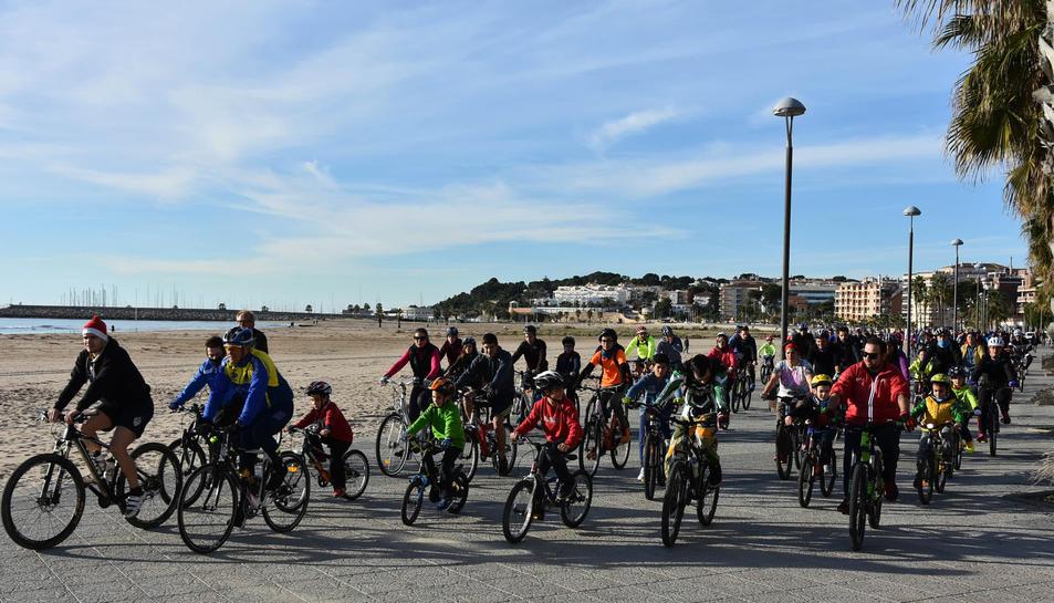 Els veïns s'han reunit per celebrar la bicicletada popular la tradicional al municipi.