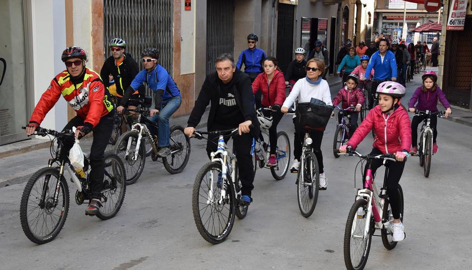 Els veïns s'han reunit per celebrar la bicicletada popular ja tradicional al municipi.
