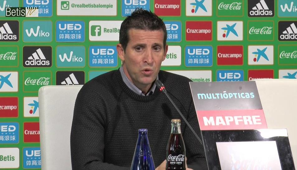 Juan Merino, en una imatge durant la seva etapa a la banqueta del Betis, on va rellevar Pepe Mel a la segona volta del curs 2015-16.