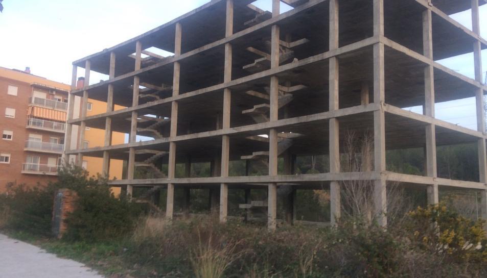 Els comerciants de la zona asseguren que la mala imatge que causa l'estructura de l'edifici perjudica els seus negocis.