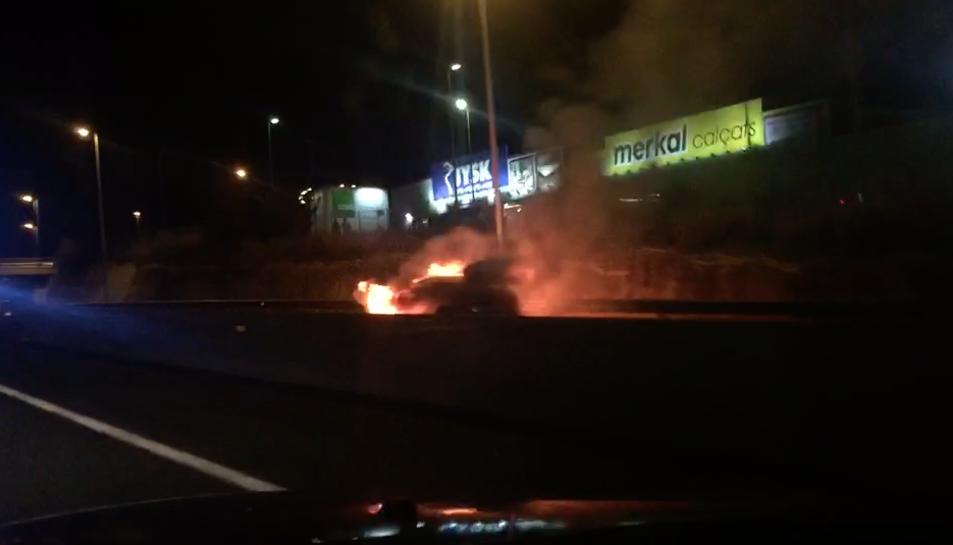 El cotxe incendiat.