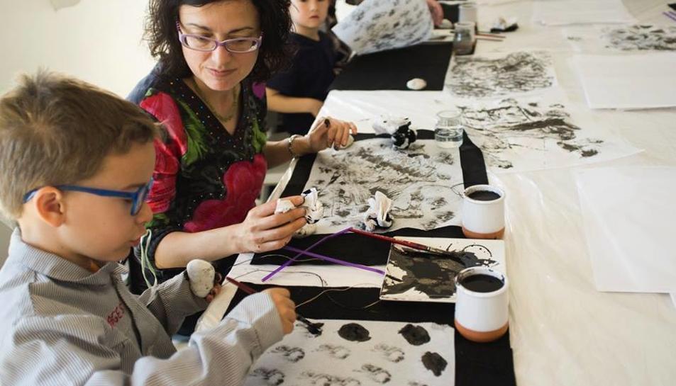 Imatge del taller de tinta xinesa que es du a terme als Centres Cívics.