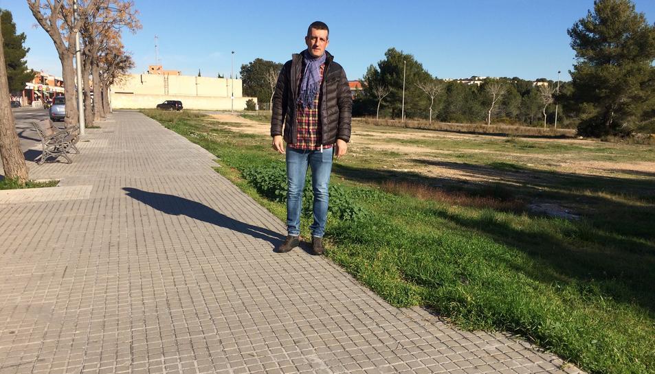 El president de l'entitat veïnal, Toni García explica que només caldria netejar, aplanar i formigonar.
