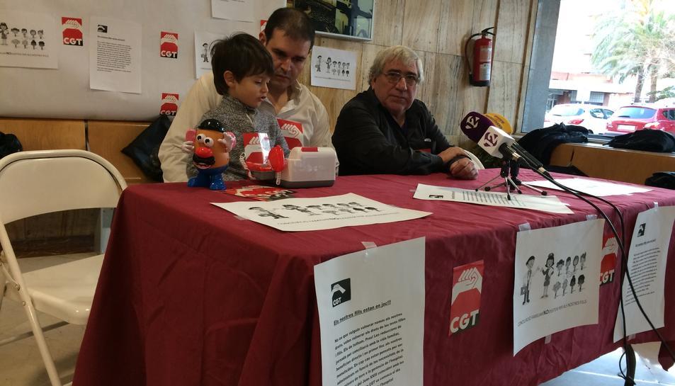 Els delegats sindicals de la CGT aquest dimecres, denunciant la situació.