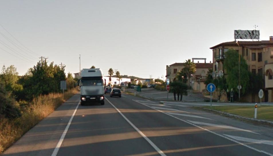 El camió circulava per la N-340 a l'alçada de Roda de Berà lentament i fent ziga-zagues.